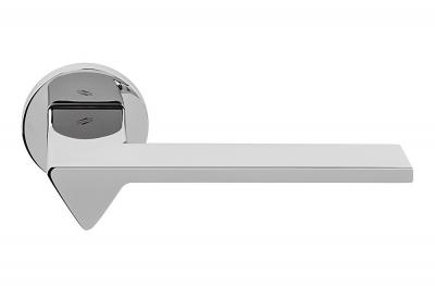 Poignée de porte Ama en chrome poli sur rosette de l'architecte designer Andrea Maffei pour Colombo Design