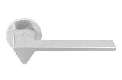 Poignée de porte Ama en chrome satiné sur rosette par le designer en architecture Andrea Maffei pour Colombo Design
