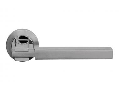 Elle Chrome satiné + poignée de porte chromée sur rosace de Linear Design de Linea Calì