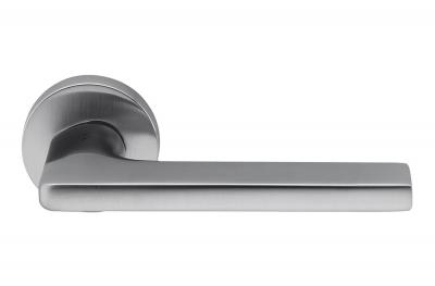 Poignée de porte Gira en chrome satiné sur rosette du designer Jasper Morrison pour Colombo Design